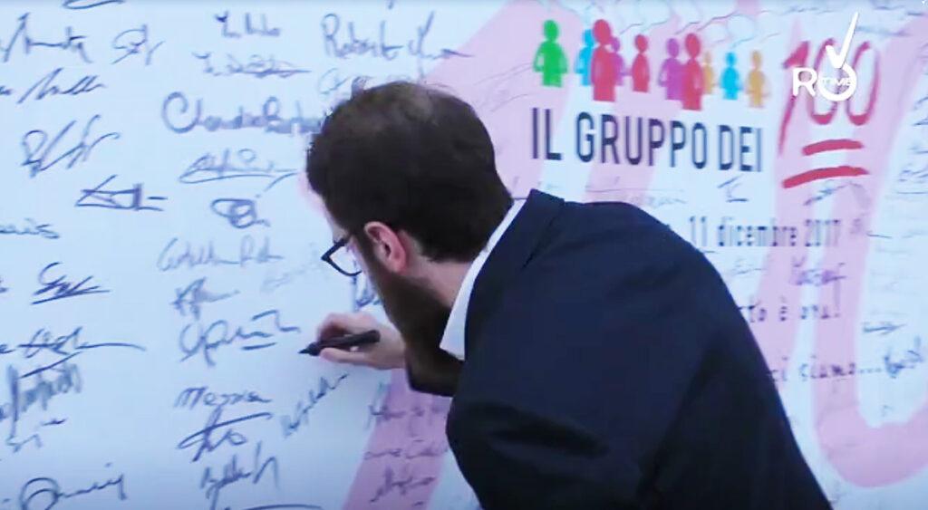 L'amico spin doctor Giovanni Diamanti cuccato mentre firma il poster dei sostenitori di Tommasini in una festa del centrodestra. Eravamo insieme nella campagna di Padova 2017