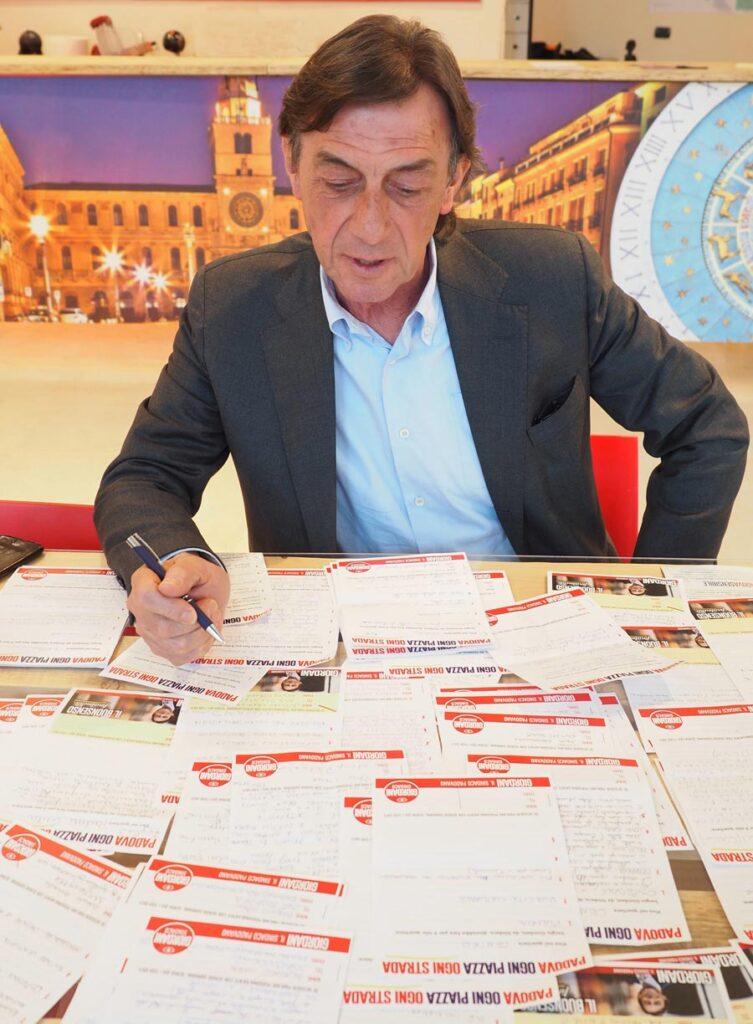Sergio Giordani consulta le cartoline ritornate con i suggerimenti dei cittadini