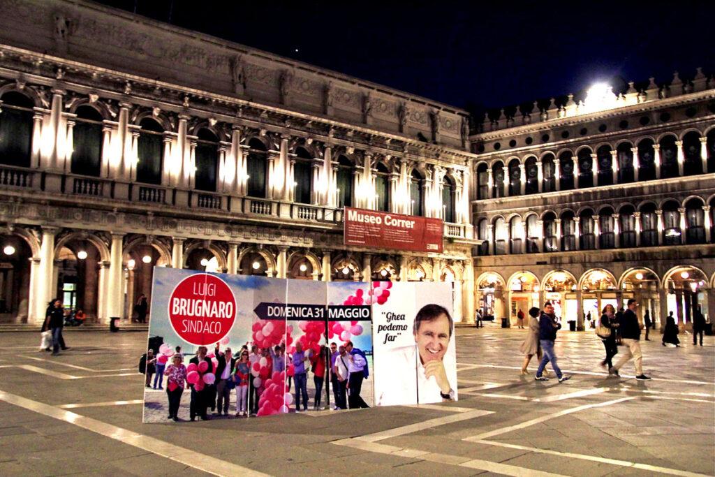 La sera, in piazza San Marco