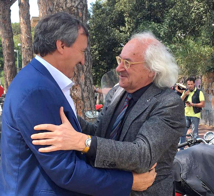Gli abbracci con Brugnaro non mancano mai. Qui Luigi mi è venuto a trovare durante la difficile campagna di Napoli nel 2016