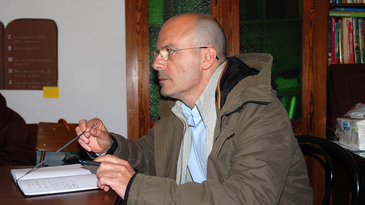 Carlo Capacci nelle frazioni con il suo fedele Moleskine
