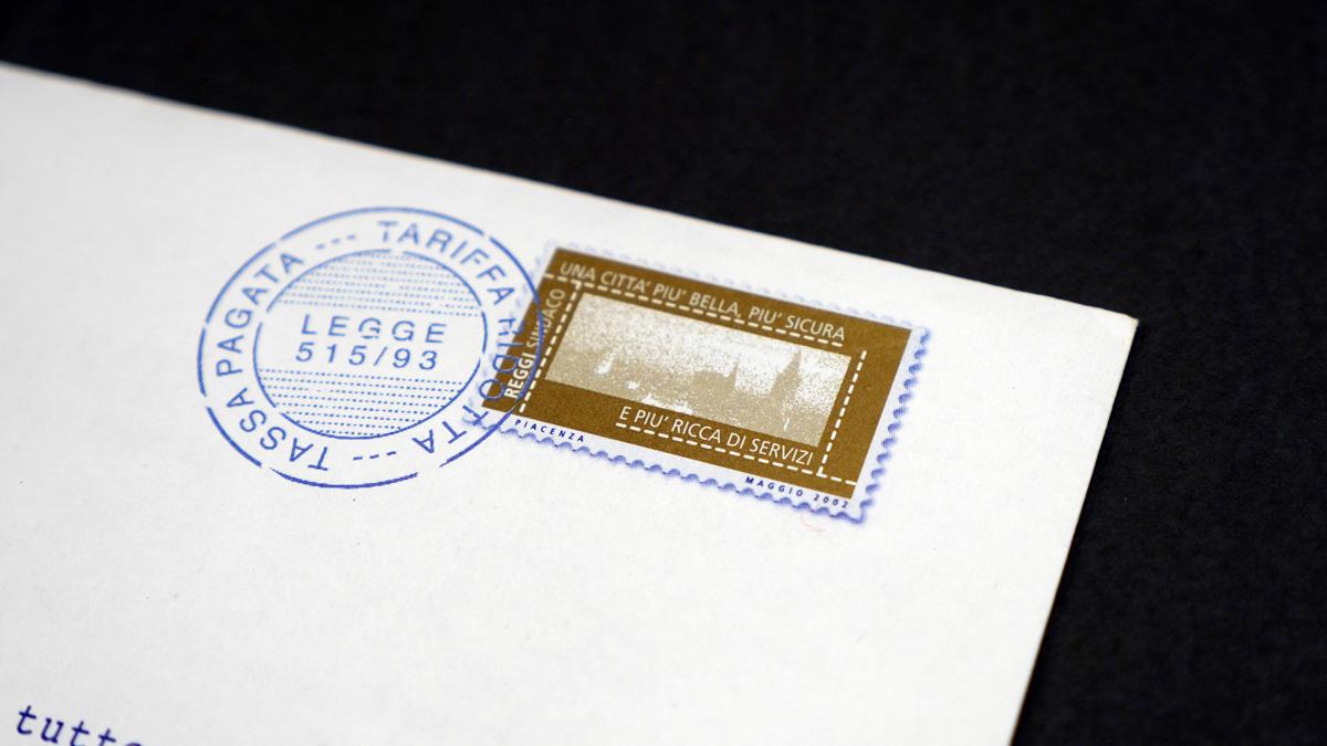 Particolare del francobollo con timbro grafico per rendere a prova di cestino l'invio elettorale