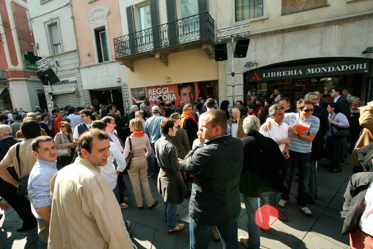 Folla davanti al Reggi Corner